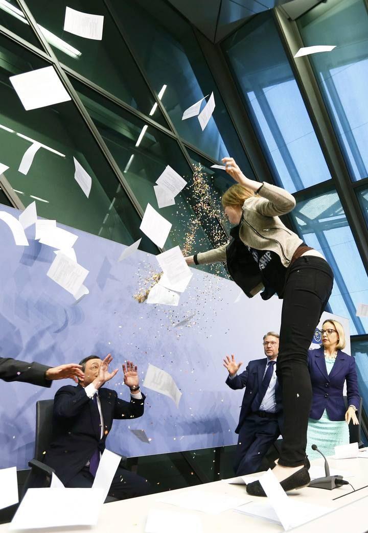 Una joven irrumpe en la rueda de prensa de Draghi