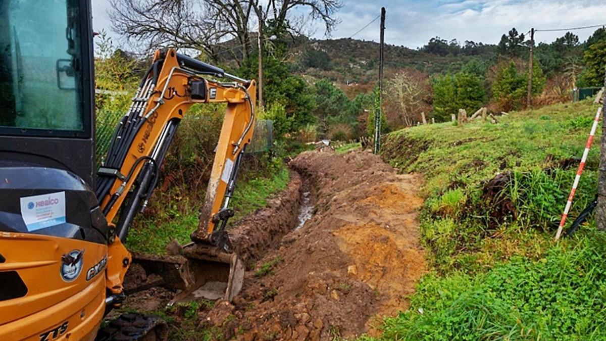 Imagen de los trabajos para la instalación de tuberías en Donón.     // FARO