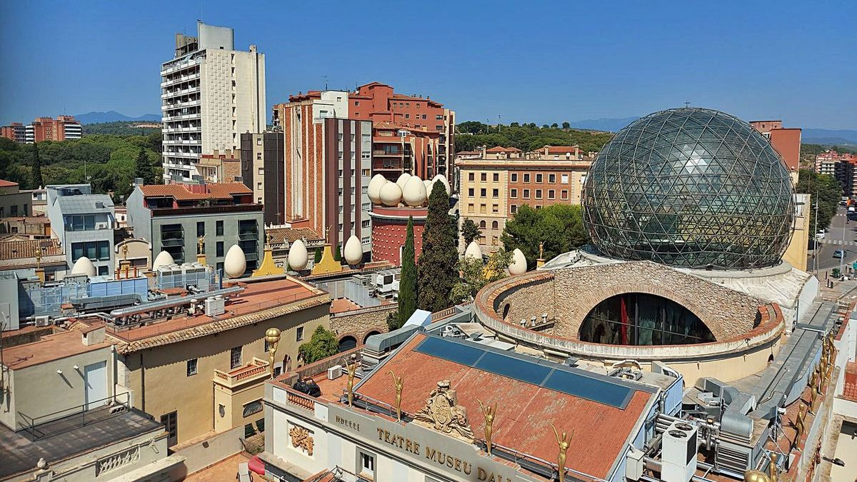Des de dalt del campanar, es té una altra perspectiva de la ciutat. A la dreta, la mestra figuerenca Anna Cornet fotografiant el paisatge
