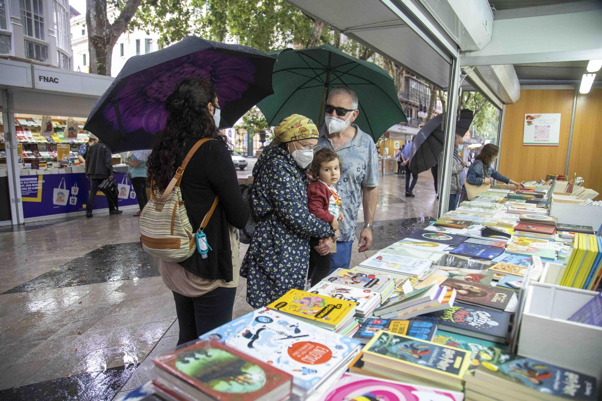Los libros ganan a la lluvia en la feria del paseo del Born