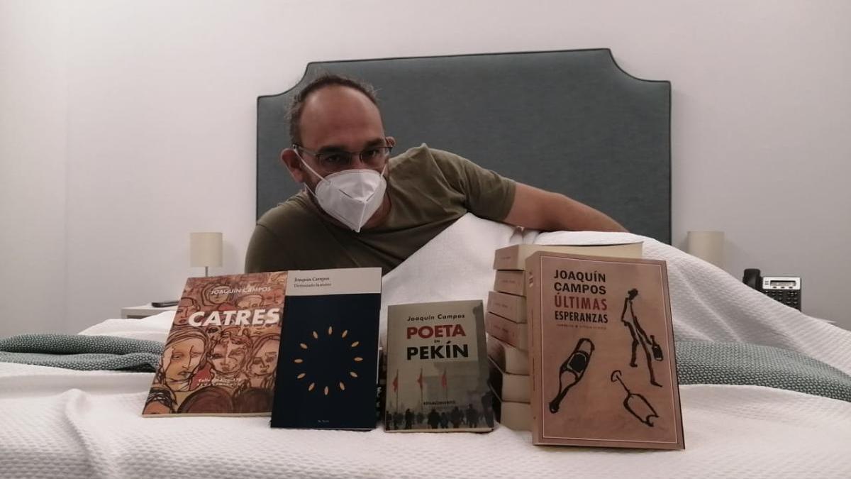 El escritor Joaquín Campos, en la cama con su más reciente producción literaria.