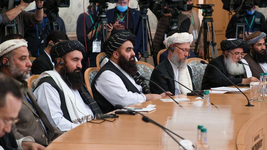 Rusia recibe a los talibanes en Moscú y conmina a la comunidad internacional a ayudar a Kabul