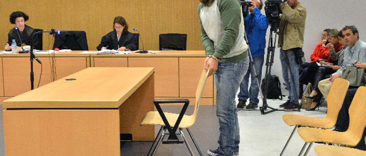 Ricardo Santana rueda la silla para sentarse en el banquillo al inicio del juicio celebrado ayer en la Audiencia.