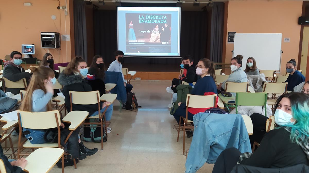 Los estudiantes de 2º de Bachillerato de Artes Escénicas del IES Pedro de Luna durante la proyección de la obra de teatro en el salón de actos del centro.
