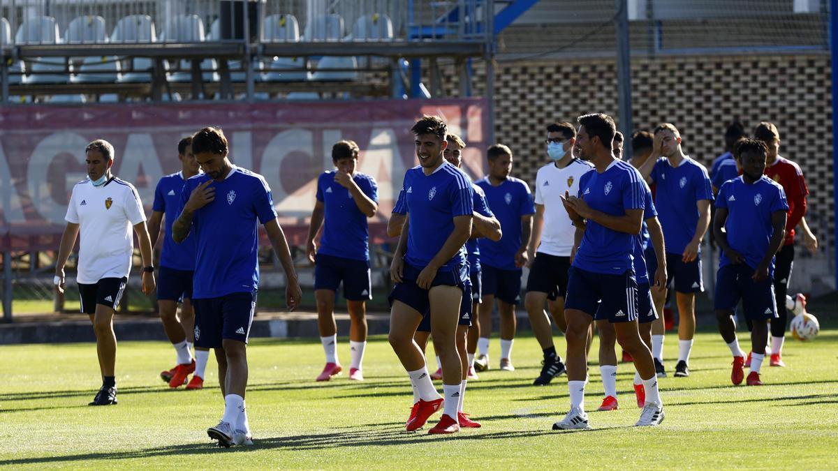 Los jugadores zaragocistas, antes de empezar el entrenamiento de este sábado en la Ciudad Deportiva.