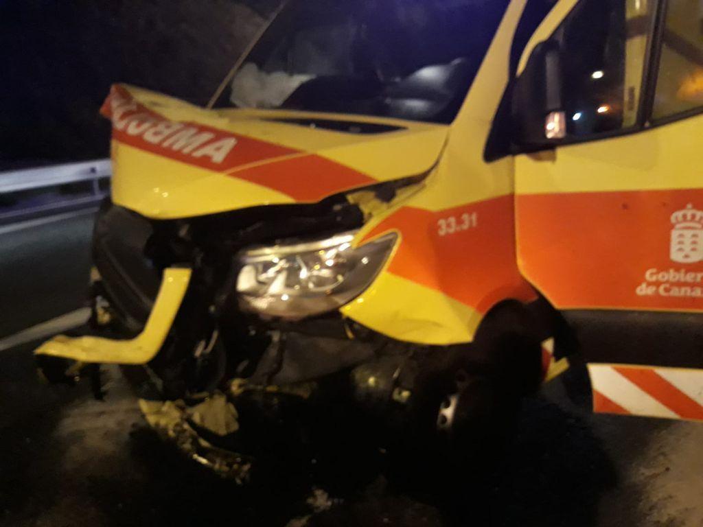 Accidente entre una ambulancia y dos coches en Las Palmas de Gran Canaria
