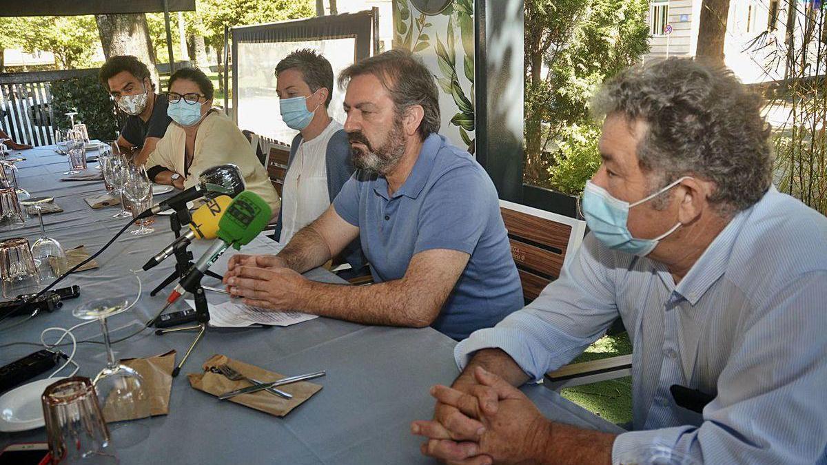 Bará acompañado de Miguel Anxo Fernández Lores y otros ediles y cargos del BNG.