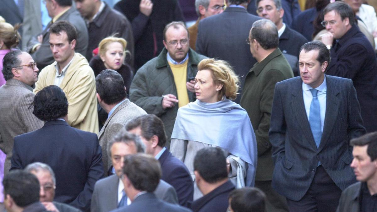 Luisa Fernanda Rudi llega al lugar del atentado de Giménez Abad, el 6 de mayo del 2001.