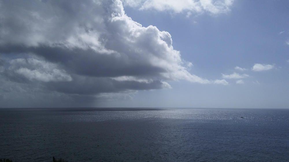 Espectacular cel ple de núvols damunt del mar.