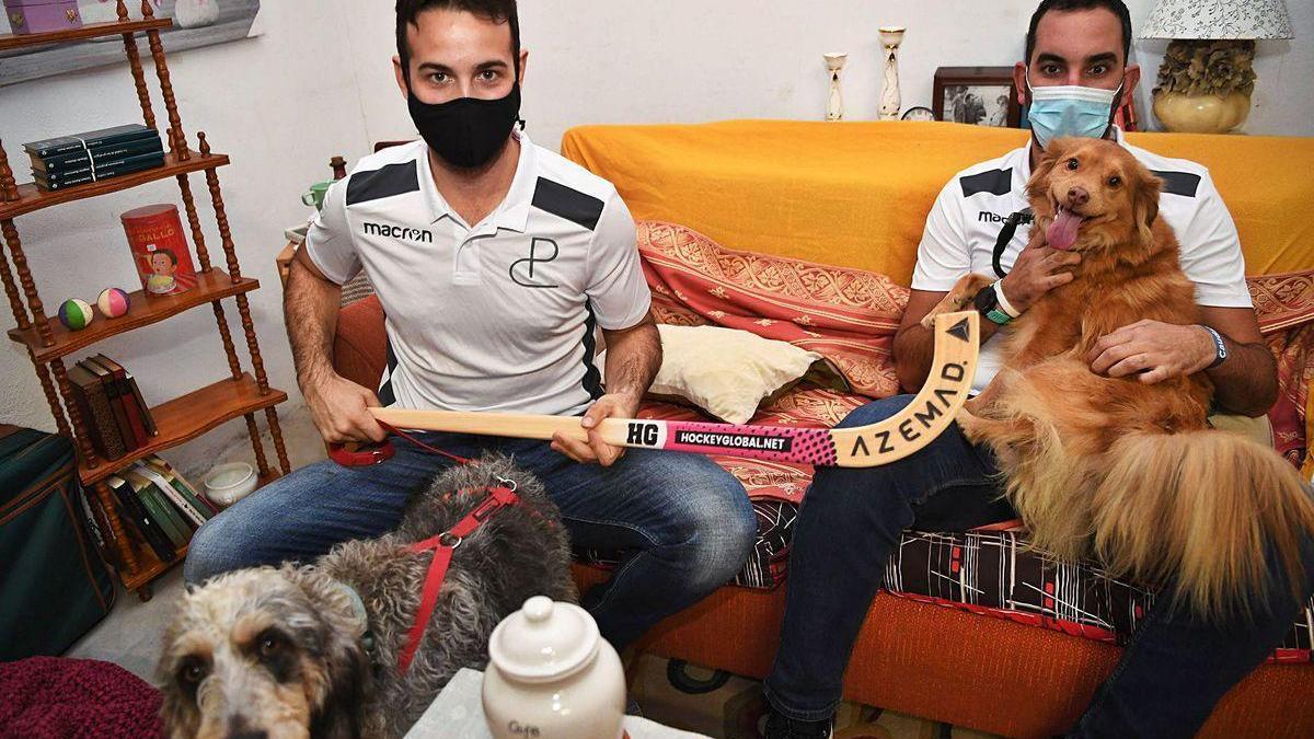 David Torres con 'Max', que busca una familia, y Sergio Tomé con su perro adoptado 'Ricky'.