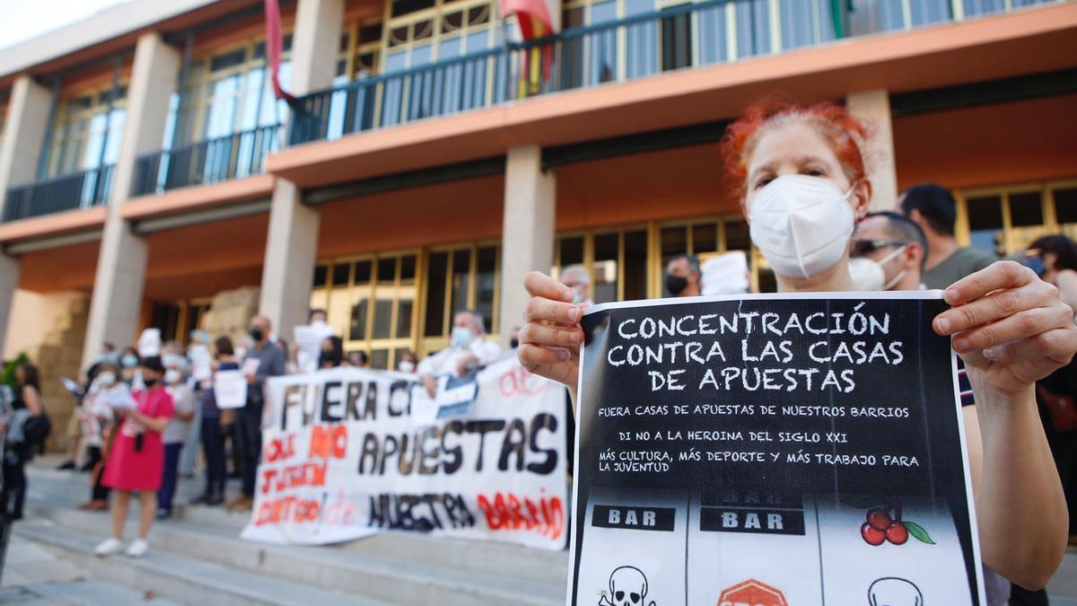 Protesta ante el Ayuntamiento de Córdoba contra las casas de apuestas