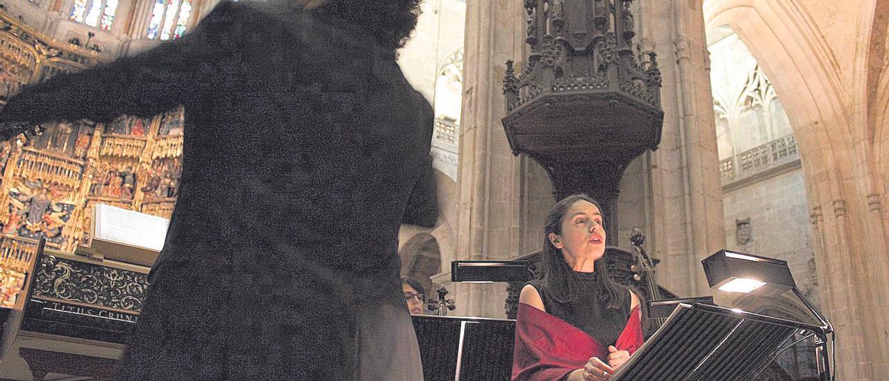 """Aarón Zapico, de espaldas, y María Espada, durante el concierto """"Sancta Ovetensis. Esplendor musical en la Catedral de Oviedo""""."""