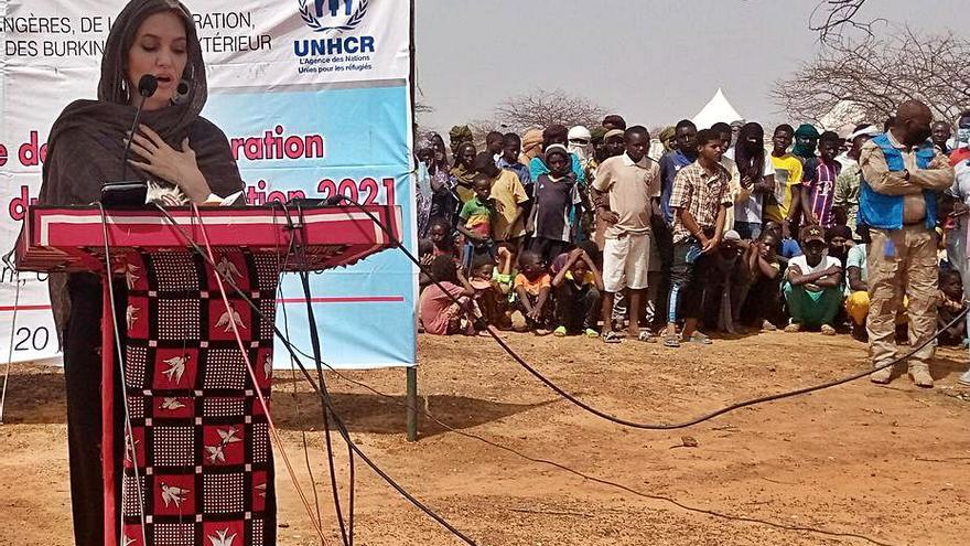 Angelina Jolie visita a refugiados y desplazados en Burkina Faso