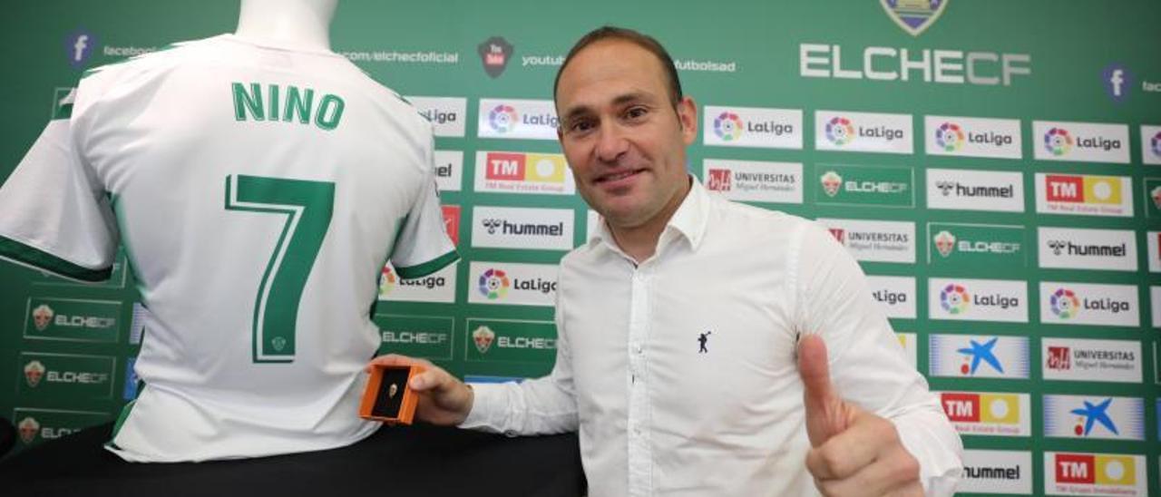 Nino, ayer, junto a la insignia de oro del Elche y su camiseta durante el anuncio de su retirada.