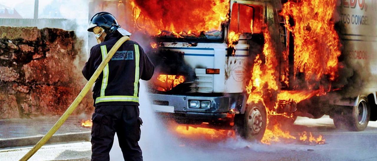Un bombero del GES Val Miñor actúa ante un camión en llamas en Santa Marta, en Baiona.     // GES VAL MIÑOR
