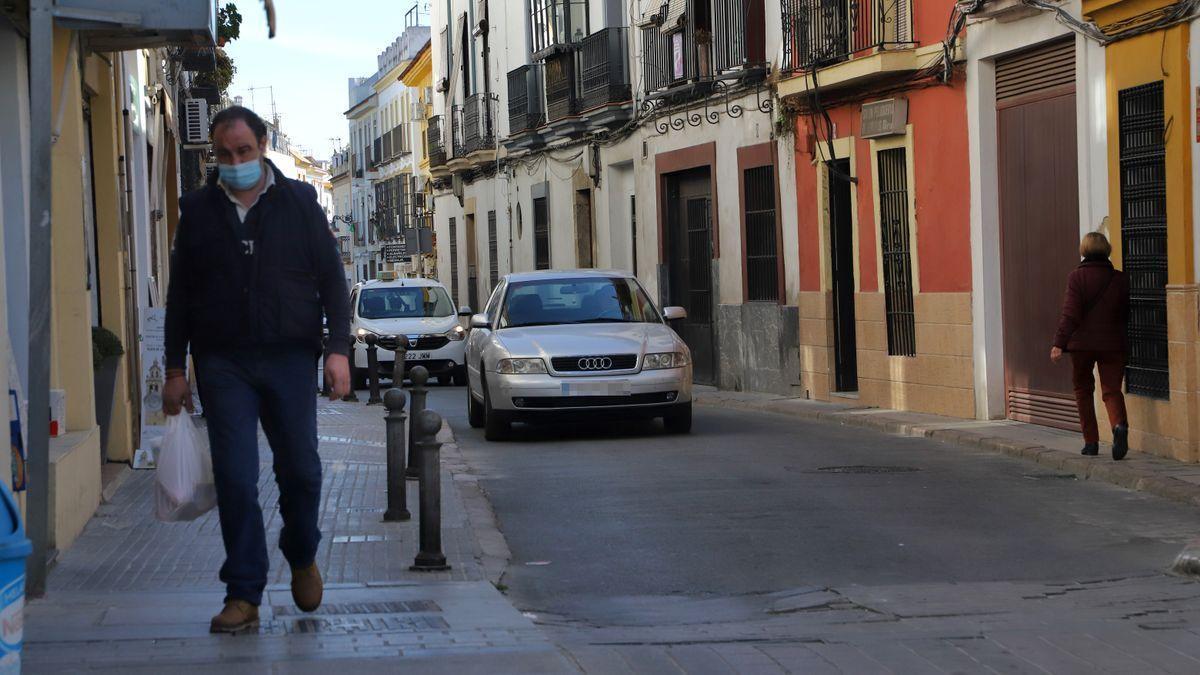Un hombre transita por la calle Santa María de Gracia.