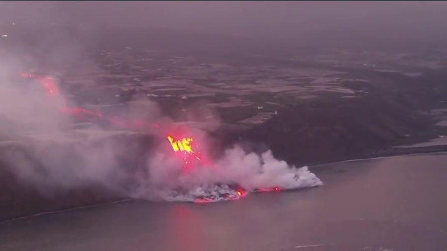 Así ha captado un dron la llegada de la lava al mar