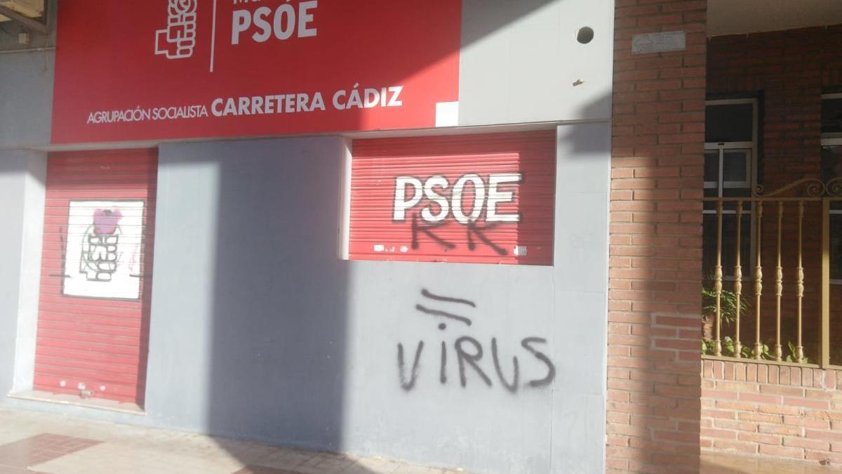 Pintadas contra el PSOE en la sede de su agrupación de Carretera de Cádiz.