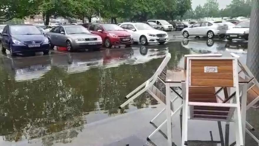 El entorno del Molinón, prácticamente impracticable por la lluvia