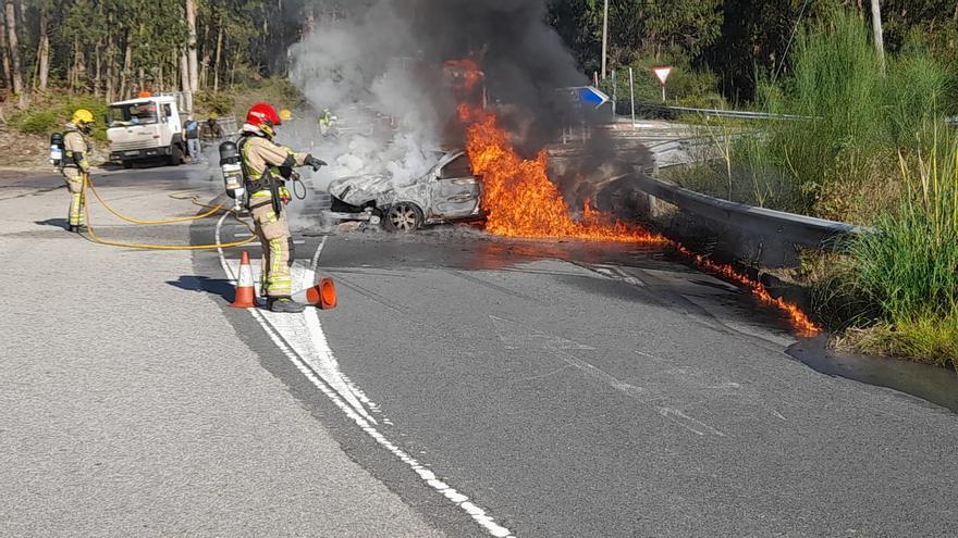 Dos heridas tras un accidente con un coche calcinado en Moaña