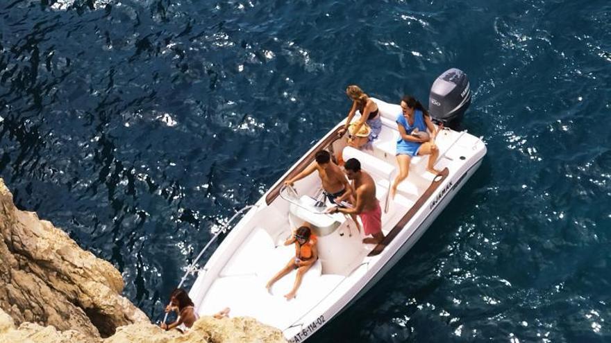 Barques i motos aquàtiques tornen a colar-se en les coves protegides de Xàbia