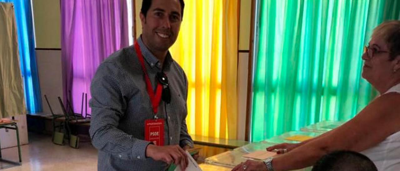 Alejandro Ramos, durante la votación que realizó en su colegio electoral en el Valle de Jinámar.