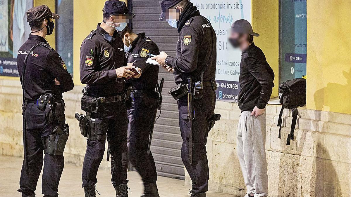 Agentes del Cuerpo Nacional de Policía  en Alicante durante un control.  | ÁLLEX DOMÍNGUEZ