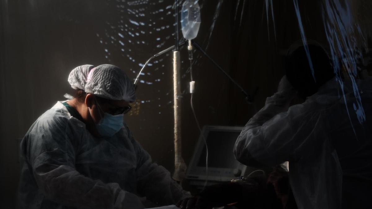 Personal sanitario atiende a un paciente con covid
