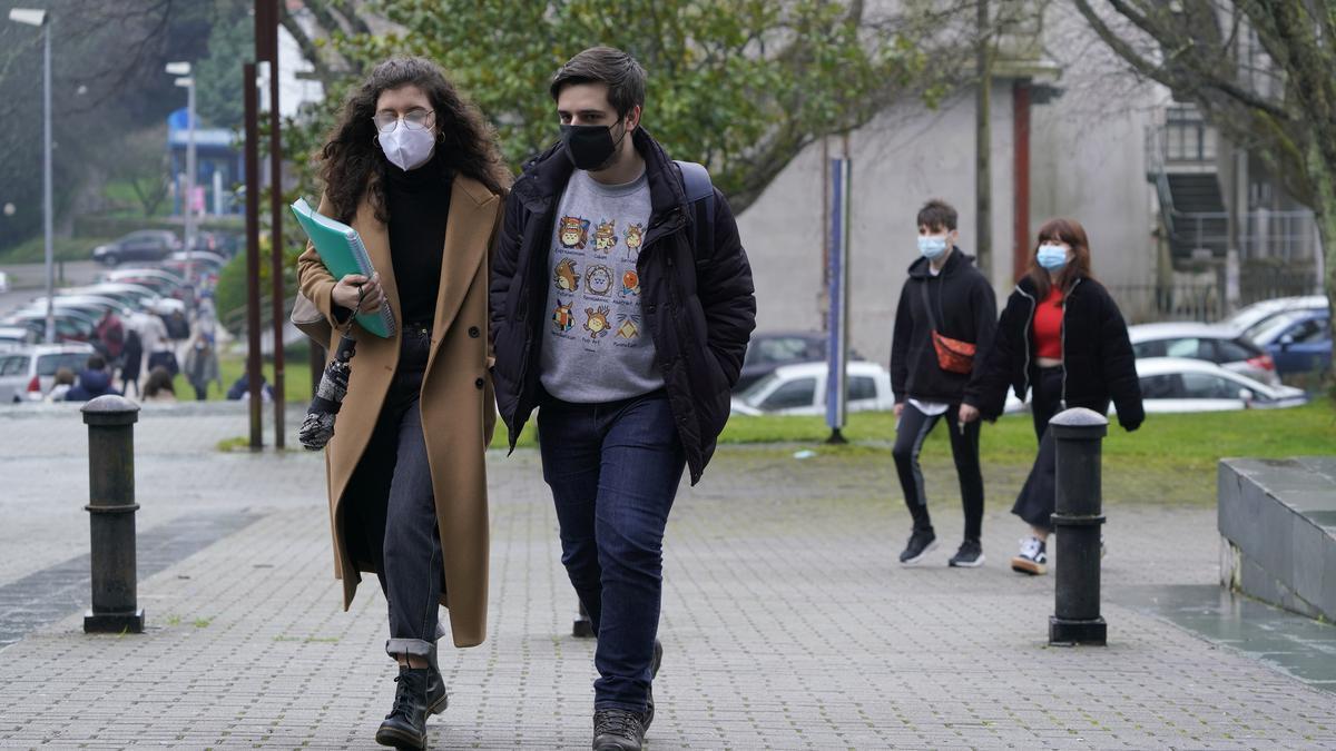 Estudiantes universitarios se dirigen a la facultad.