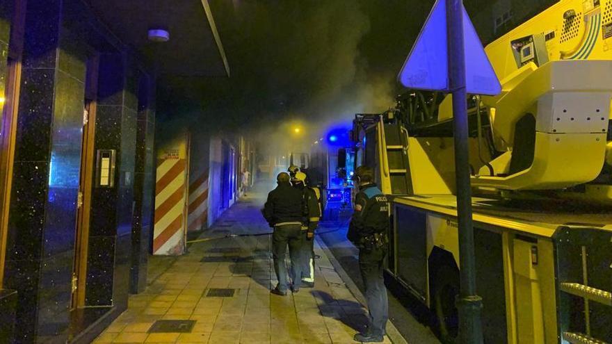 Los bomberos extinguen un incendio en un garaje en Avilés