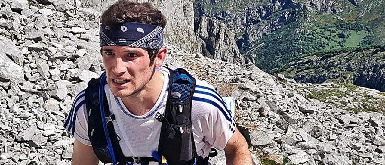 Uno de los participantes en la Traveserina, la semana pasada en la subida al Urriellu. |