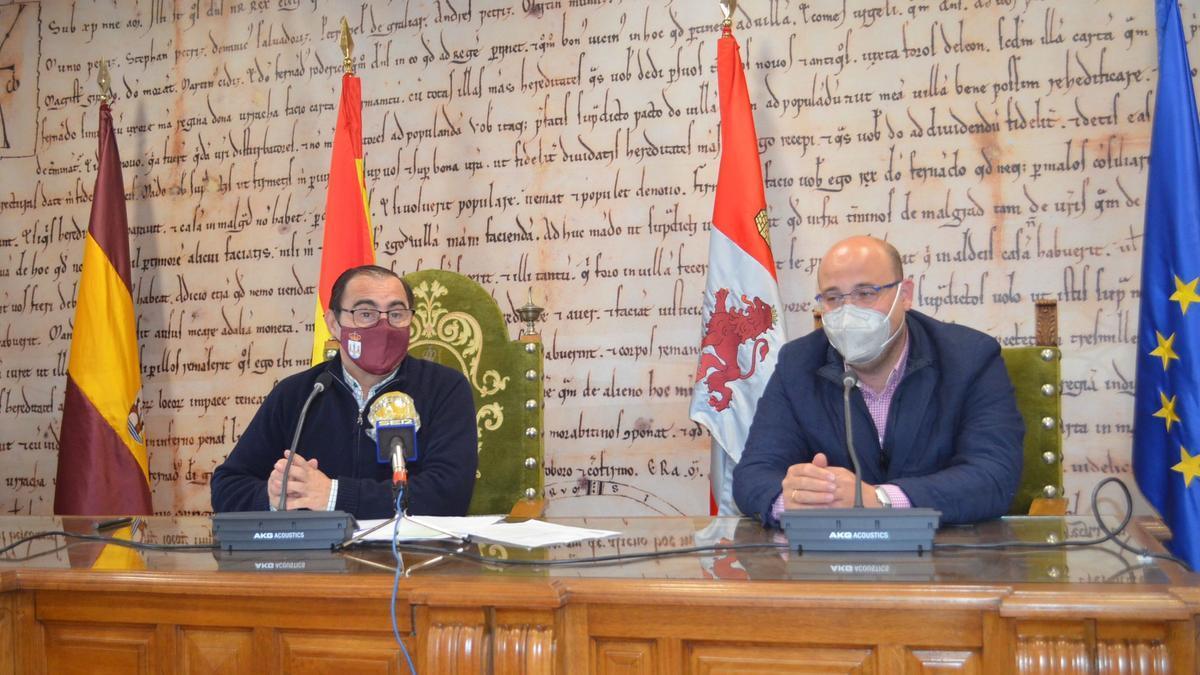 El concejal de Seguridad Ciudadana, Fernando Marcos y el gerente de Ahosbe, Alberto Pascual en la presentación de la medida. / E. P.