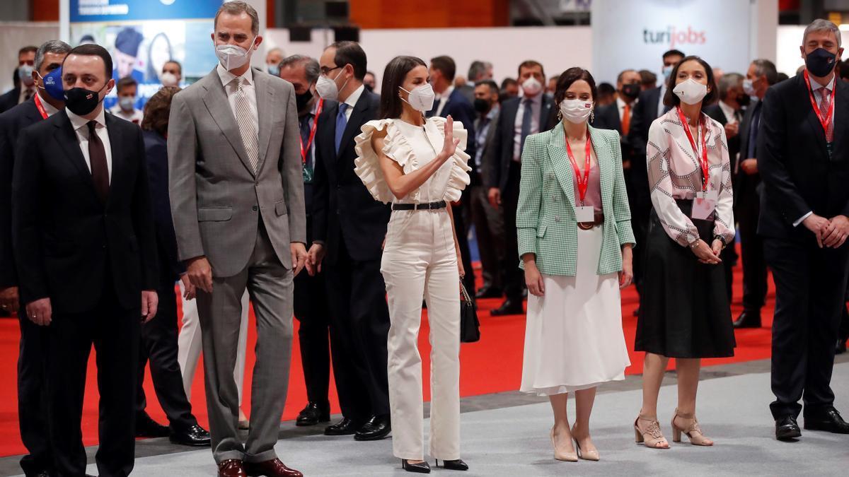 Los Reyes junto a Isabel Díaz Ayuso y Reyes Maroto.
