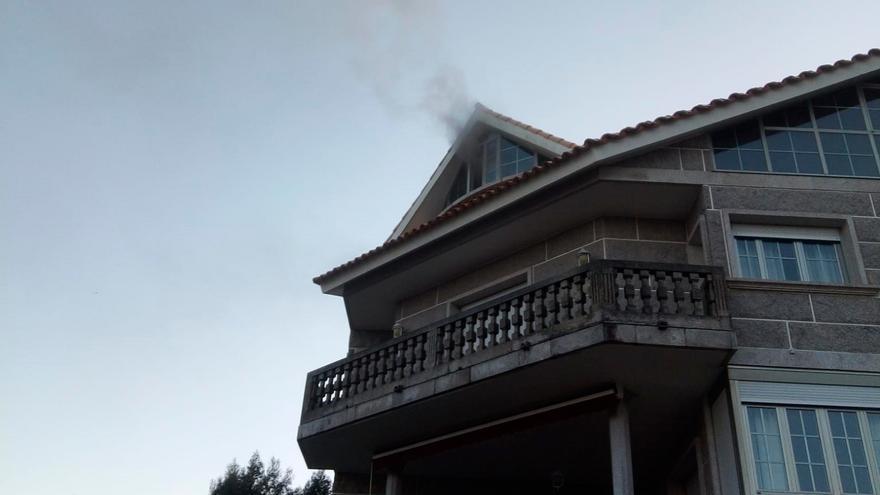 Arde una buhardilla de una vivienda en Menduiña, en Cangas
