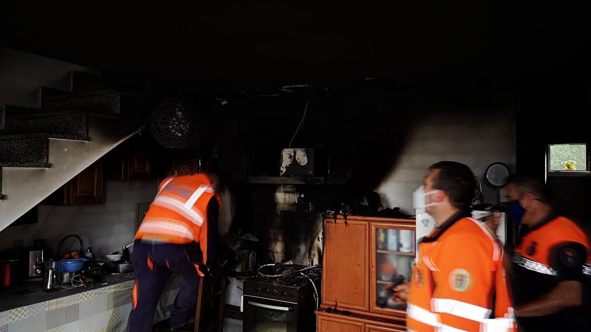 Estado en el que quedó la cocina tras el incendio en Cuntis.