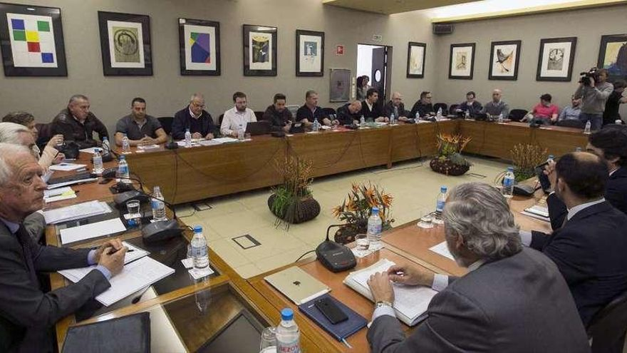 Los estibadores piden al Gobierno la subrogación por ley y subir al 80% el salario de los prejubilados