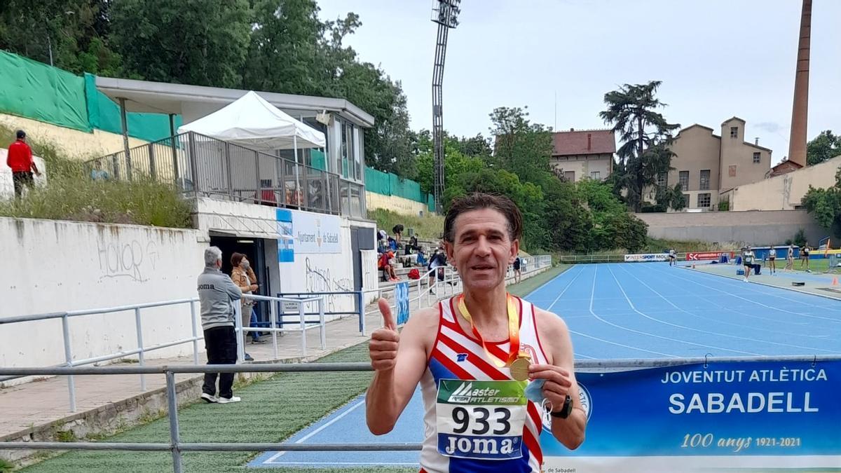 Sancho Ayala, de l'Avinent Manresa, amb la medalla d'or dels 10.000 metres dels Campionats d'Espanya màster M50 d'atletisme