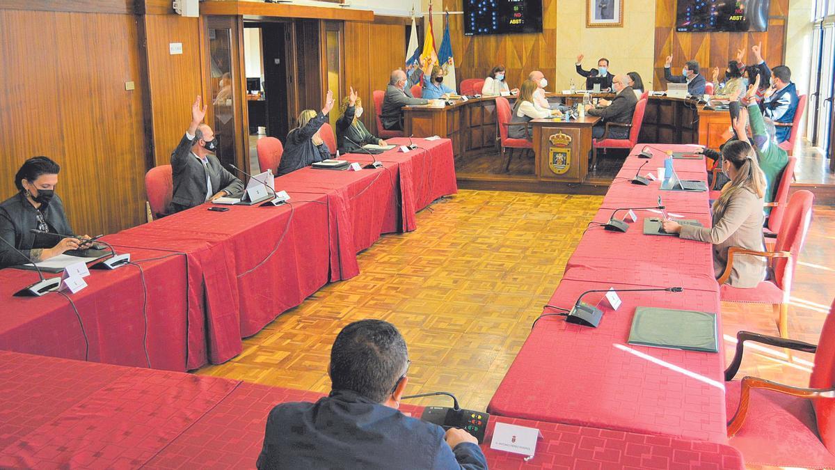 Un momento de la votación celebrada ayer en el Cabildo de La Palma.