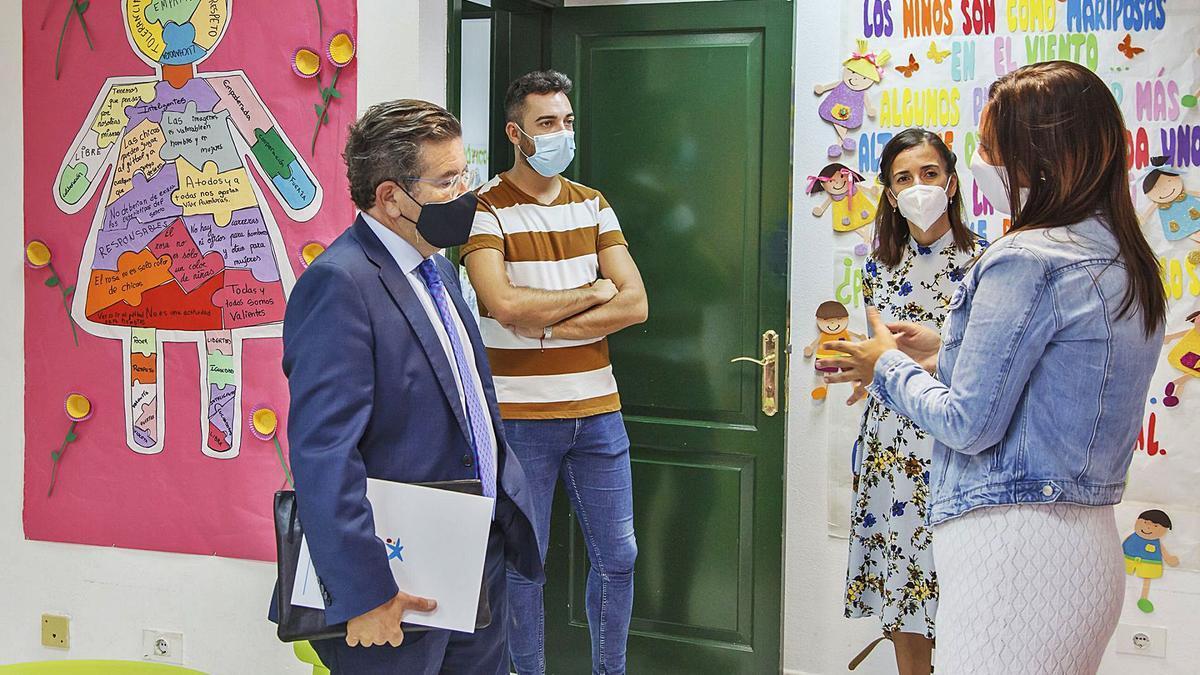Juan Ramón Fuertes (i), director territorial de CaixaBank en Canarias, se interesa por la labor desarrollada por una asociación que trabaja con niños. | | E.D.