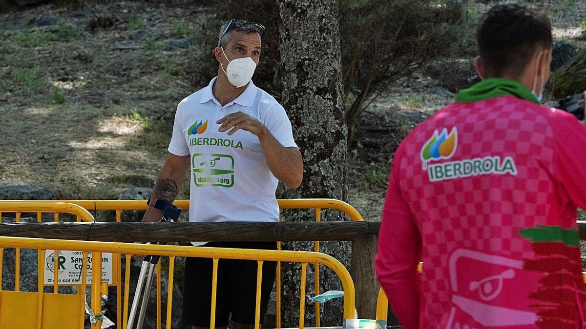 Emilio Merchán, una de las múltiples bajas de la cita, lució cicatriz y muletas en la orilla.