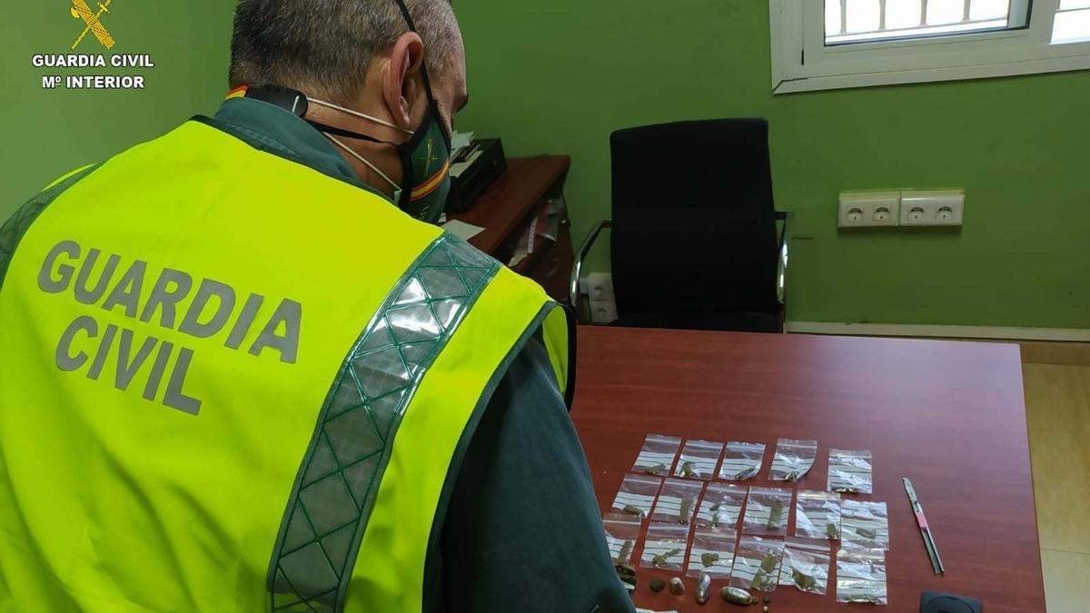 Archivo - Droga intervenida por la Guardia Civil.