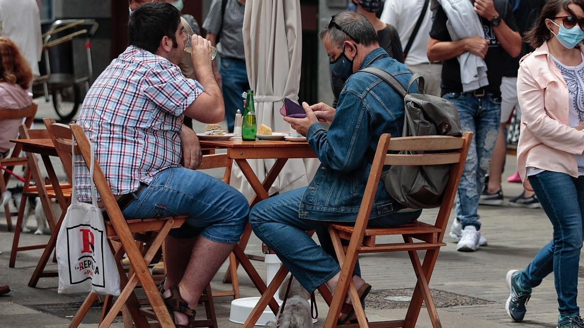 Varias personas toman algo en una terraza de La Laguna.