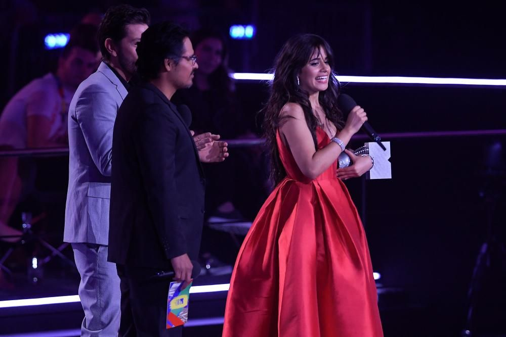 US-Cuban singer Camila Cabello (R) speaks after receiving the Best Artist award during the MTV Europe Music Awards at the Bizkaia Arena in the northern Spanish city of Bilbao on November 4, 2018. (Photo by LLUIS GENE / AFP)