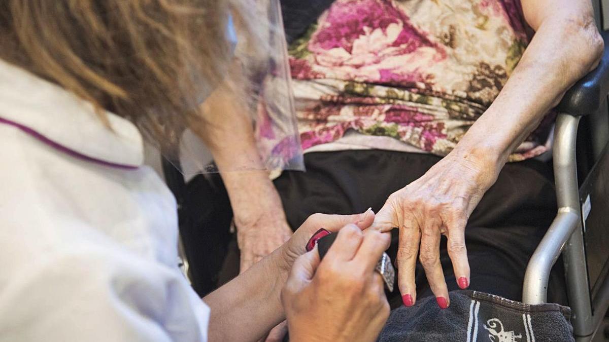 La meitat de les víctimes de la covid de les comarques centrals vivia en geriàtrics