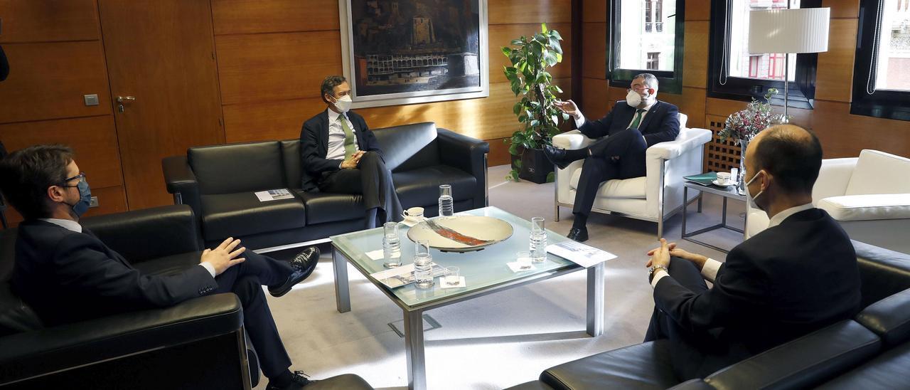 El consejero Enrique Fernández, el presidente de Fertiberia, Javier Goñi; el del Principado, Adrián Barbón; y el director de Industria de Fertiberia, David Herrero.