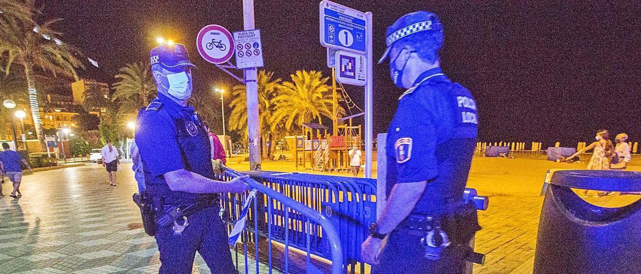 Dos policías controlan para evitar botellones en Alicante