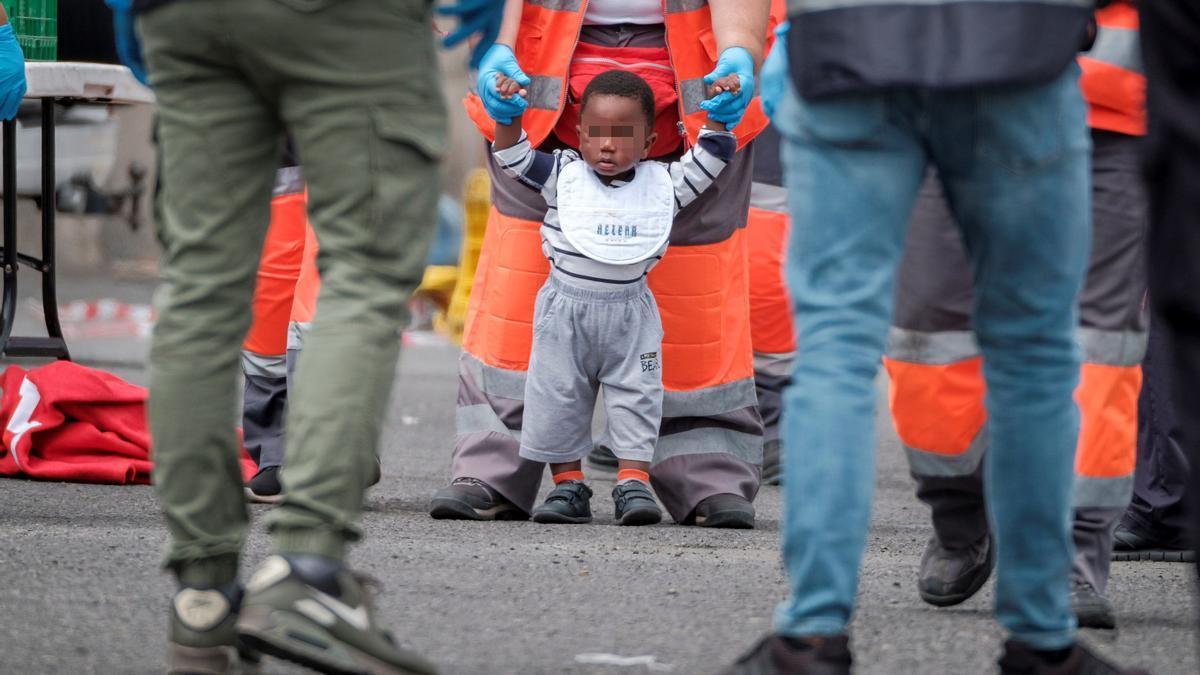 Un bebé en uno de los últimos rescates de una patera en Canarias.