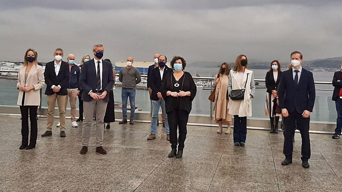 Rueda, en el centro, junto a representantes de la Xunta y el sector, ayer, en el Mar de Vigo.     // FDV