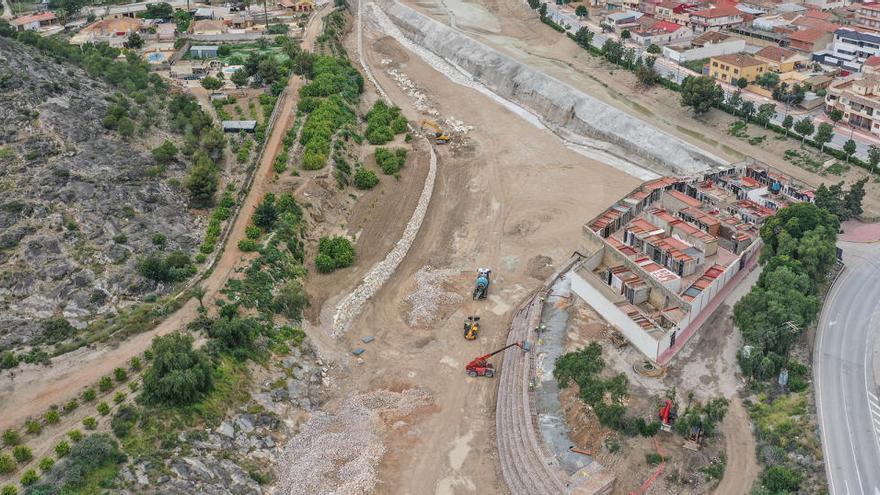La CHS abre un boquete en el azud de Benferri para derivar el agua de la rambla a Orihuela y evitar que anegue caminos de Redován