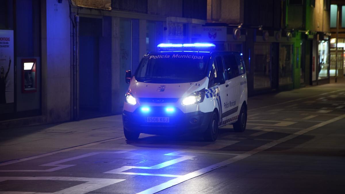 Agentes controlan el toque de queda en Zamora.